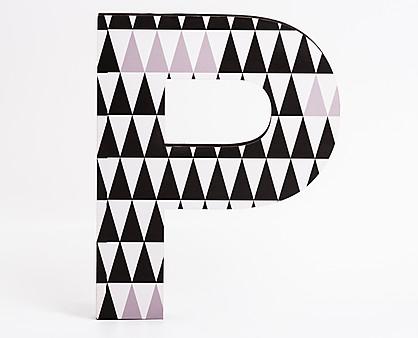 lettera in legno P trama triangoli neri