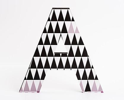 lettera in legno A trama triangoli neri