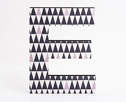 lettera in legno E trama triangoli neri