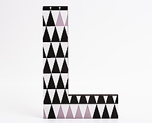 lettera in legno L trama triangoli neri