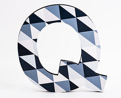 lettera in legno Q trama quadratini blu diagonale