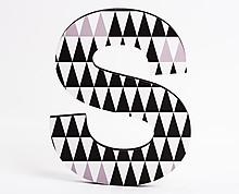 lettera in legno S trama triangoli neri